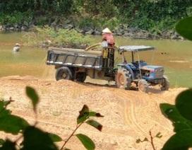 """Sông La Tinh bị """"rút ruột"""", địa phương nói kiểm tra không xuể!"""