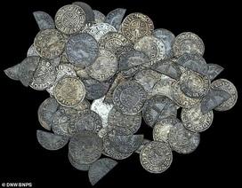 Phát hiện kho báu chứa 99 đồng tiền xu trị giá tới hơn 1,4 tỷ đồng