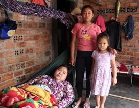 Xót thương bé gái 12 tuổi đạp xe khắp ngõ, ngách bán vé số chăm mẹ và em thơ