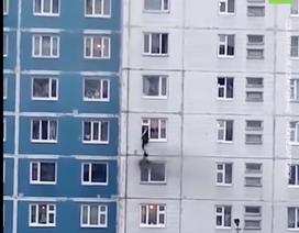 """Xem người đàn ông dũng cảm """"treo mình"""" cứu cô gái trong căn hộ bị cháy"""