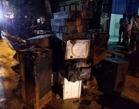 Cháy kho hàng gia dụng, 2 xe tải bị thiêu rụi