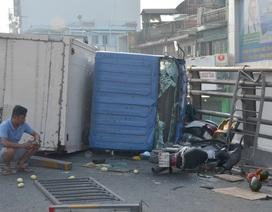 Xe tải tông 3 xe máy rồi lật ngang trên cầu, 4 người bị thương