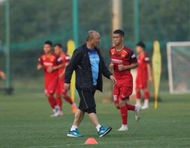 HLV Park Hang Seo tập tễnh, tuyển thủ Việt Nam lo lắng