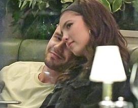 Liam Payne hôn say đắm bạn gái 19 tuổi