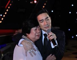 Biểu diễn sau sự cố cháy sân khấu, Quang Hà ôm mẹ khóc lặng