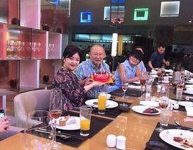 HLV Park Hang Seo nhận bánh sinh nhật, kỷ niệm ngày đặc biệt với vợ