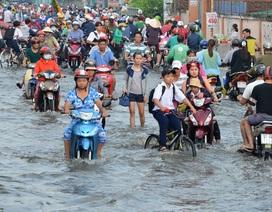 """Người dân Sài Gòn, Cần Thơ """"quay cuồng"""" lội nước trong ngày đầu tuần"""
