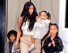 Kim Kardashian mặc giản dị ra phố cùng chồng con
