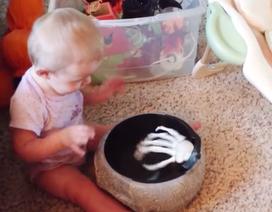 Xem phản ứng tức cười của bé khi bị dọa ma trong mùa lễ Halloween đầu tiên