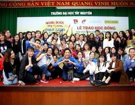 Hoa hậu H'Hen Niê trao học bổng tại Đăk Lăk