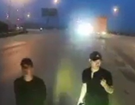 """Truy tìm nhóm thanh niên """"ăn vạ"""" trước đầu xe ô tô trên quốc lộ 1A"""