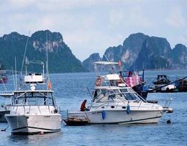 """Xuồng máy BKS biên phòng chở khách """"chui"""" trên Vịnh Hạ Long"""