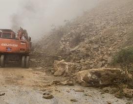 Hàng chục khối đất đá sạt lở chia cắt QL8A