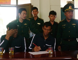 Tàu cá Bình Định đưa 2 người nước ngoài vào bờ an toàn