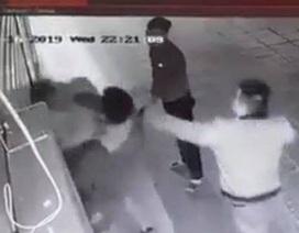 Hà Nội: Cô gái trẻ bị 2 thanh niên đấm đá túi bụi