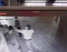 Hà Nội: Xác định 2 đối tượng đấm đá túi bụi cô gái trẻ