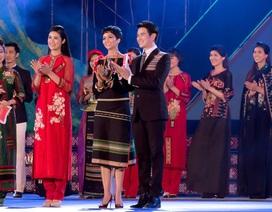 MC Vũ Mạnh Cường mở lời để H'Hen Niê nói tiếng Êđê trên sóng VTV