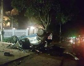 Taxi tông xe máy rồi tông vào hàng cây, 3 người tử vong