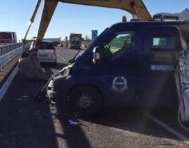 Kẻ cướp dùng máy xúc rạch nát xe bọc thép cướp tiền táo tợn ở Italy