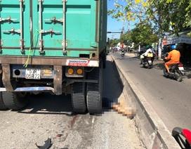 Người đi xe máy bất ngờ ngã sang làn ô tô, bị xe container cán chết