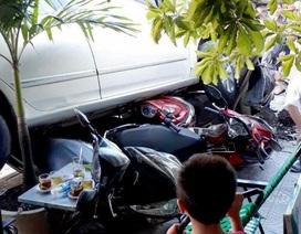 Nữ tài xế lùi ô tô cuốn 4 xe máy vào gầm