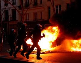 Nước Pháp chìm trong lửa giận, người biểu tình đòi Tổng thống từ chức