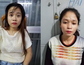 2 cô gái kéo túi xách trộm điện thoại của người dừng đèn đỏ