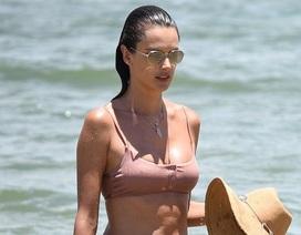 Alessandra Ambrosio thư thái đi tắm biển