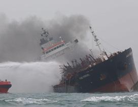 Tàu chở dầu mang cờ Việt Nam bốc cháy ngoài khơi Hong Kong