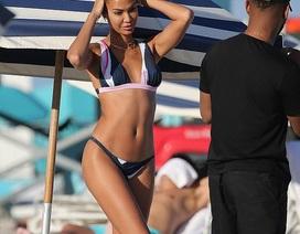 Siêu mẫu Joan Smalls đẹp như tượng trên bãi biển