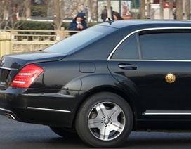 Limousine gắn huy hiệu vàng đưa ông Kim Jong-un rời Bắc Kinh về nước