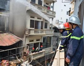Hà Nội: Hàng chục cảnh sát căng mình dập lửa cháy cửa hàng chăn ga ở Mễ Trì
