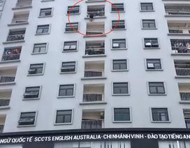 """Giải cứu người phụ nữ """"treo lủng lẳng"""" ở tầng 10 chung cư"""