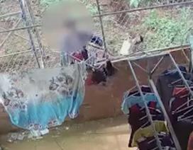 Xôn xao clip người đàn ông khều trộm đồ lót phụ nữ