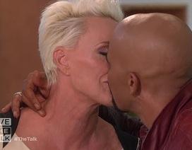"""Vợ cũ """"Rambo"""" Sylvester Stallone ngượng ngùng hôn """"đàn em"""" trên truyền hình"""