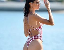 Bạn thân của gia đình Kardashian khoe dáng bốc lửa trên biển