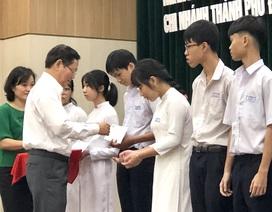 Đà Nẵng: Trao học bổng bảo trợ học sinh vượt khó hiếu học