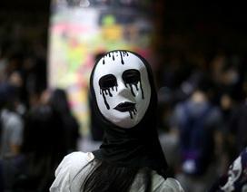 Người biểu tình Hong Kong đổ ra đường phản đối lệnh cấm che mặt