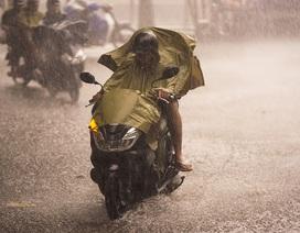 Mưa lớn, gió giật đúng giờ tan tầm, người dân chật vật tìm đường về nhà