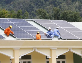Tặng dàn điện mặt trời cho điểm trường vùng biên giới Quảng Nam