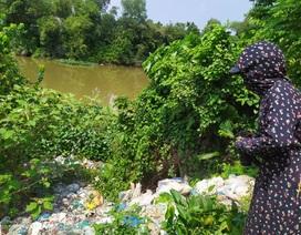 HTX đổ rác ra sông suốt 4 năm, chính quyền xã... không hay biết?
