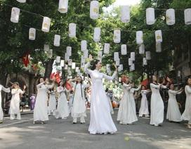 Phụ nữ Hà Thành mặc áo dài, nhảy dân vũ trên phố bích họa Phùng Hưng