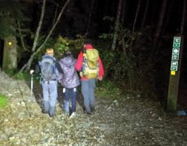 Gặp chấn thương nhưng cô gái vẫn bị bạn bè bỏ rơi một mình trên núi