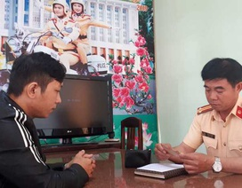 Nam thanh niên vui mừng nhận lại ví tiền do CSGT Bình Định nhặt được