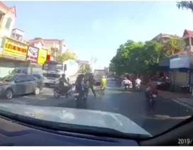 Lao thẳng xe máy về phía công an đang làm nhiệm vụ, đôi nam nữ ngã văng ra đường