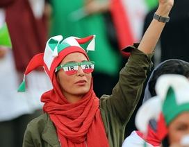 """Những """"bóng hồng"""" Iran khoe sắc trên khán đài trong ngày lịch sử"""