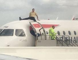 Nhà hoạt động môi trường trèo lên nóc máy bay