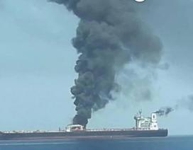 Tàu chở dầu Iran trúng hai tên lửa, bốc cháy trên biển
