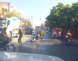 Công an lên tiếng vụ đôi nam nữ lao thẳng xe vào công an, bị ngã văng xuống đường
