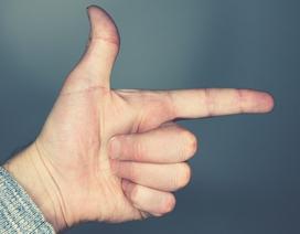 Nhóc 13 tuổi bị bắt vì chĩa ngón tay hình súng vào bạn cùng lớp